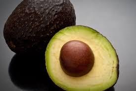 avocado met pit gehalveerd