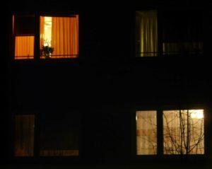 misschien wordt het ook eens tijd om een gordijn achter de voordeur en de keukendeur te hangen daarmee heb je zon koud gat meteen buitengesloten