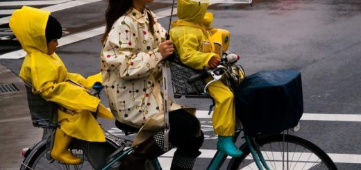 dora-fietsen-in-de-regen